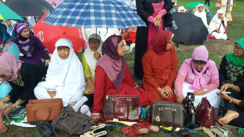 96 Eid gebed op het Onafhankelijkheidsplein Foto Henna Guicherit.jpg