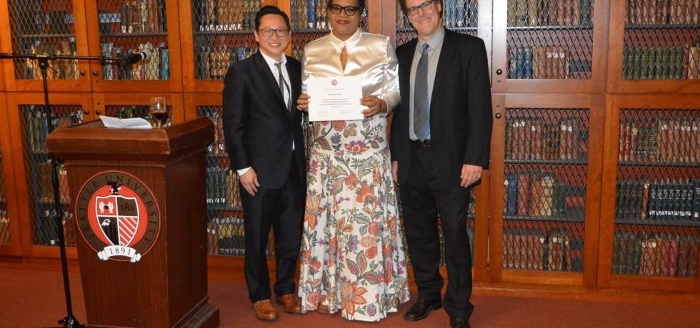 Ruth San A Jong met haar certificaat samen met Charles Tung, directeur SUSI2018 en assistent directeur Ken Allen van de Seattle Universiteit.